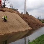 Les obres del rec Comtal netegen el talús que segueix el canal
