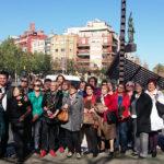 El bus de la memòria ret homenatge a l'estàtua de la República