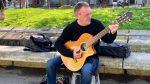 """""""Toco la guitarra als barris i torno a casa feliç"""""""