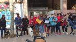 Indignació davant la botiga d'animals on van trobar 18 cadells de gos morts